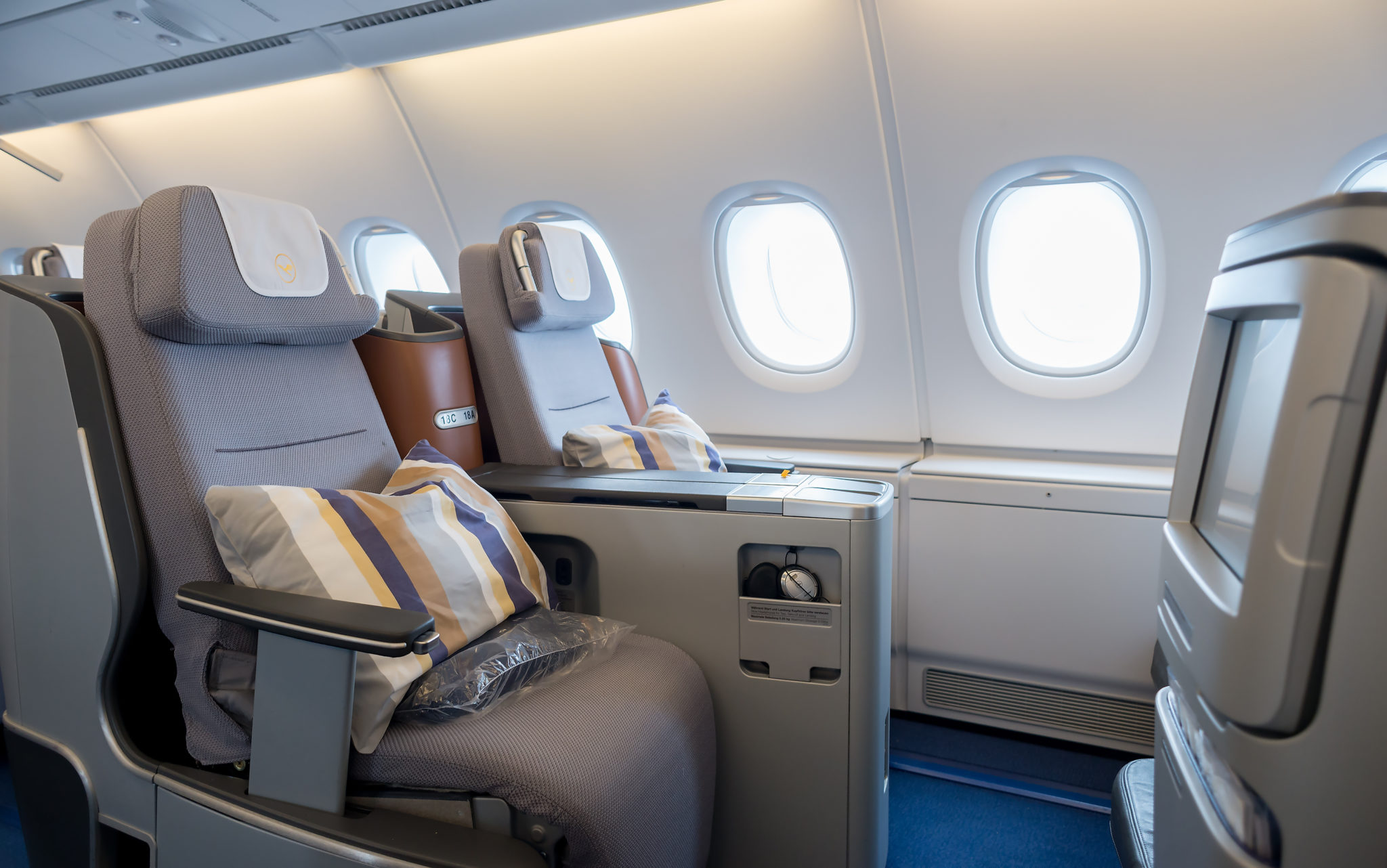 lufthansa business class seats pictures to pin on pinterest pinsdaddy. Black Bedroom Furniture Sets. Home Design Ideas