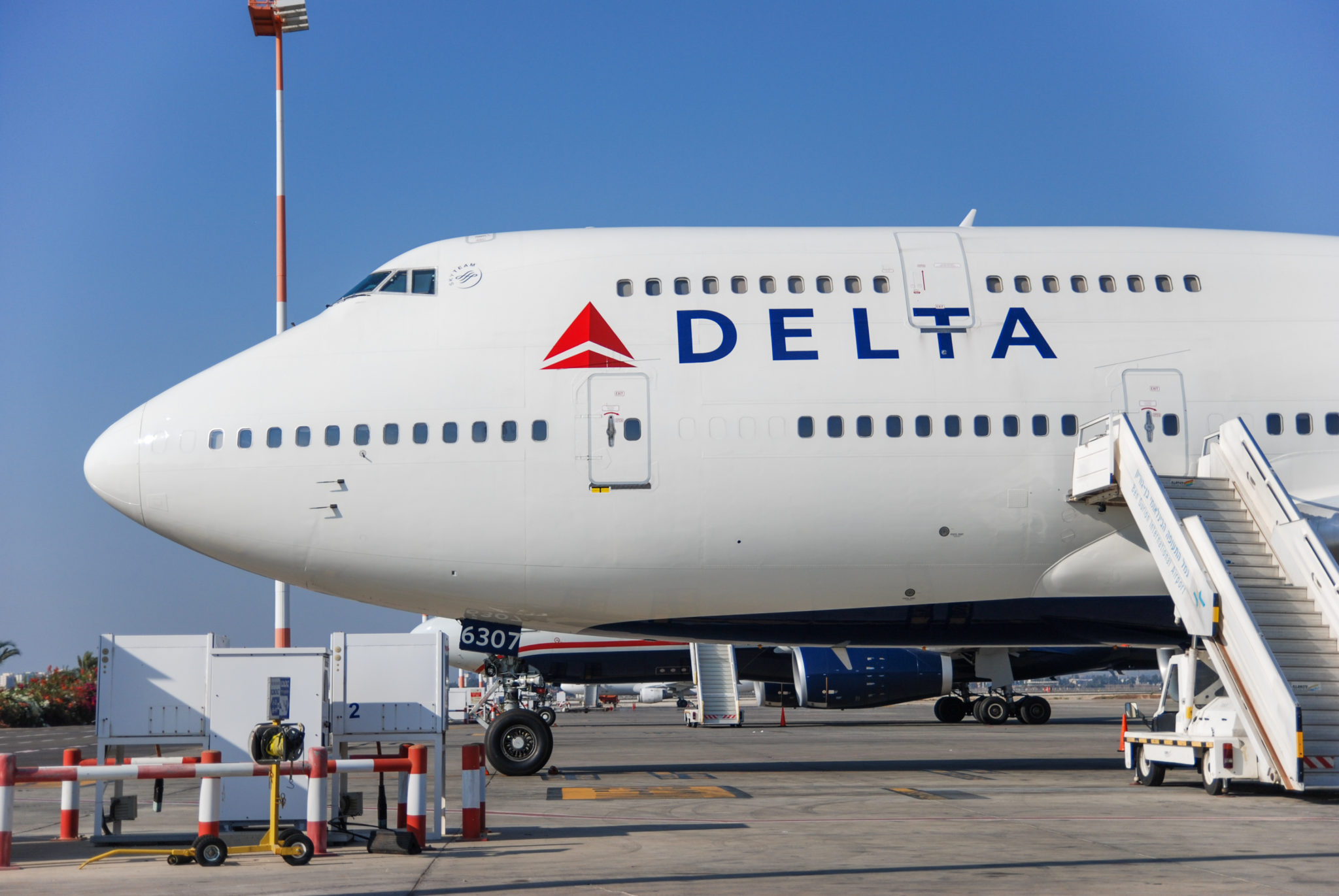 17 benefits of the gold delta skymiles credit card from amex 2018 17 valuable benefits of the gold delta skymiles credit card from american express colourmoves
