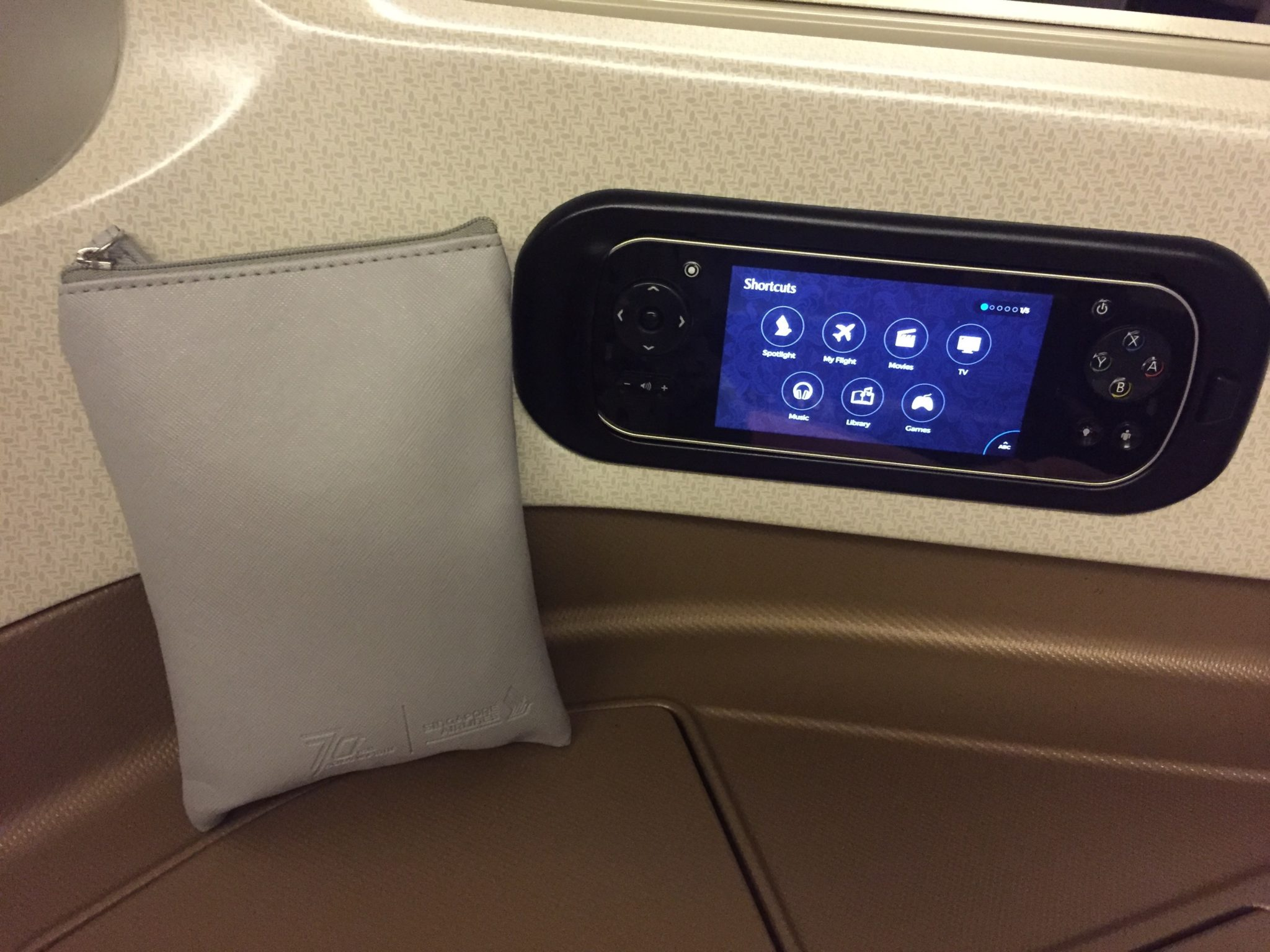 Singapore Airlines Business Class A330 - Remote & Amenities Kit