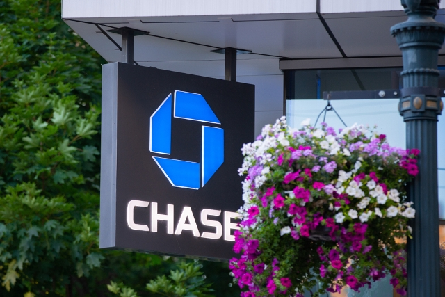 Ultimate Guide to Chase Personal Checking Accounts [Up to $300 Bonus]
